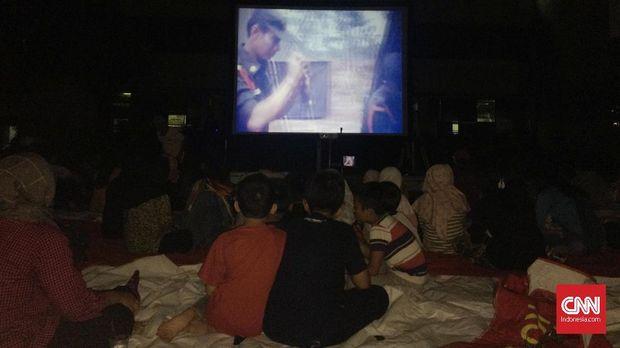 Banyak anak-anak di bawah usia 17 tahun di Acara nonton bareng film Penumpasan Pengkhianatan G30S/PKI yang dihelat di kantor DPP Partai Gerindra, Jakarta, Jumat malam (29/9).