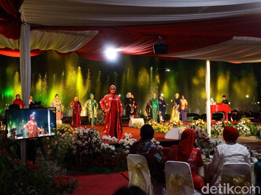 Foto: Indahnya Fashion Show Batik Jakarta Berlatar Air Mancur Menari Monas