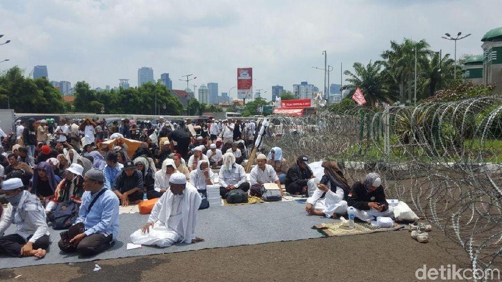 Massa Aksi 299 Bersiap Salat Jumat di Depan Gedung DPR/MPR