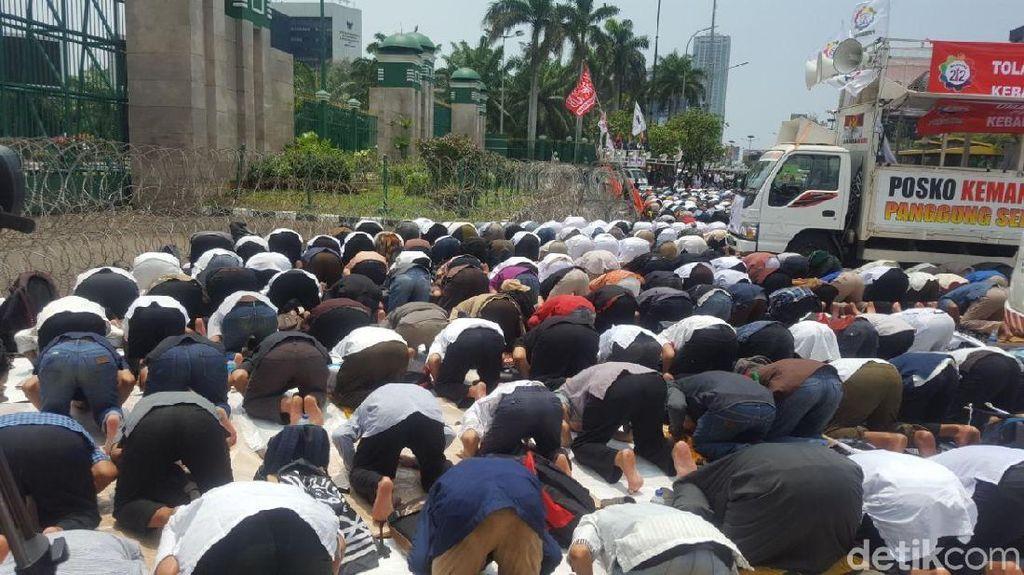 Terpisah Pagar, Polisi Bersorban dan Massa 299 Salat Jumat Bersama