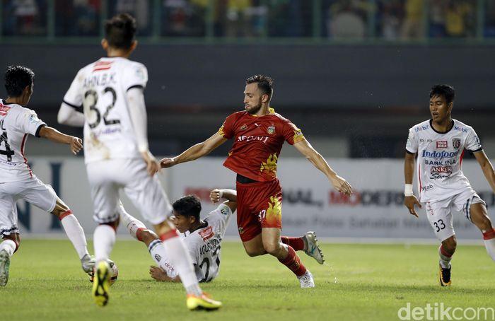 Bhayangkara FC menjamu Bali United dalam ajang Liga 1 di Stadion Patriot Chandrabaga Bekasi, Jumat (29/9) malam.