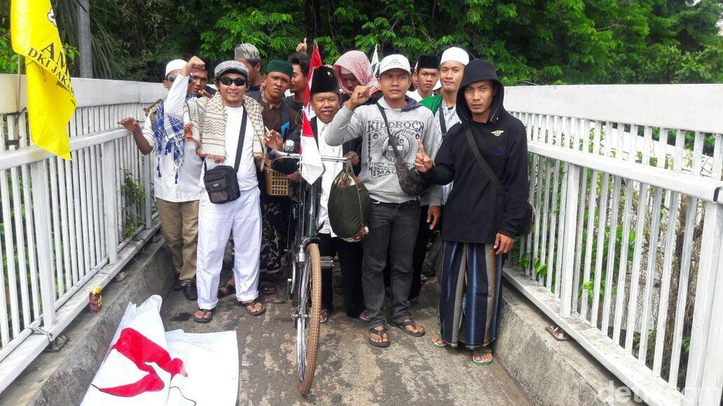 Peserta Aksi 299 Berangsur Datang ke Depan Gedung DPR/MPR