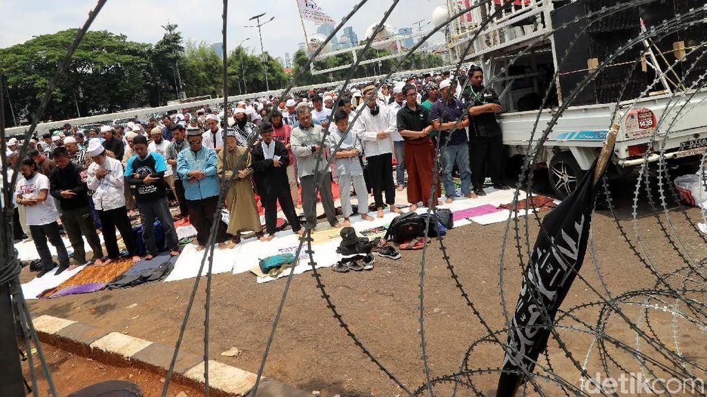 Massa Aksi 299 Salat Jumat di Depan Gerbang DPR