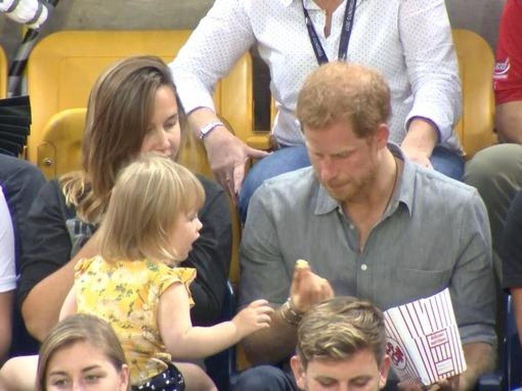 Gemas! Bocah Ini Curi Popcorn Pangeran Harry
