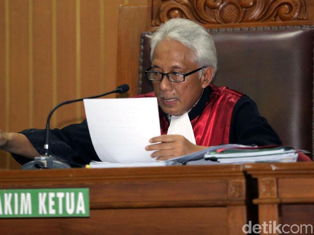 Senyum Pengacara Novanto Salami KPK yang Kalah Praperadilan