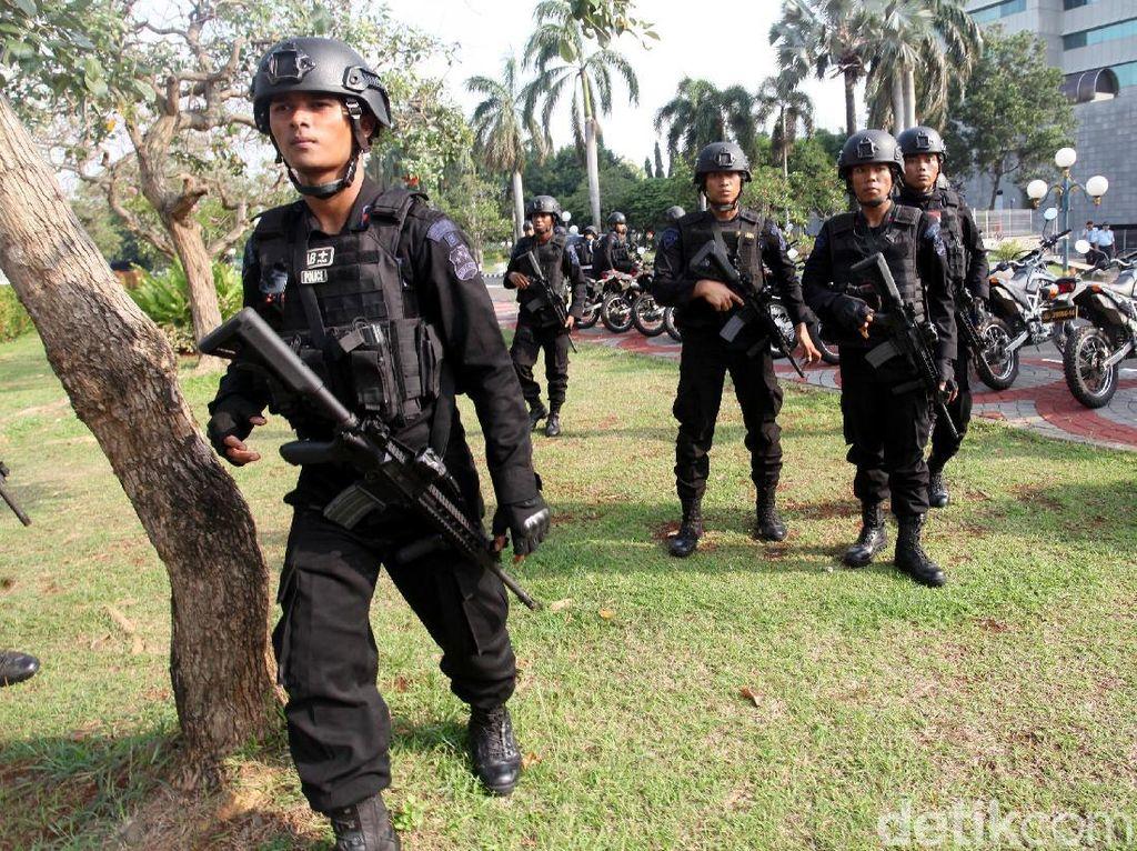 Polisi Bertameng dan Bersenjata Laras Panjang Siap Amankan Aksi 299