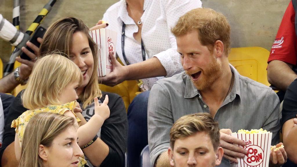 Foto: Ekspresi Pangeran Harry Saat Seorang Balita Curi Popcorn-nya