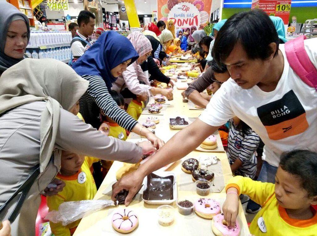 Meriahnya Lomba Hias Donat Anak di Transmart Daya Makassar