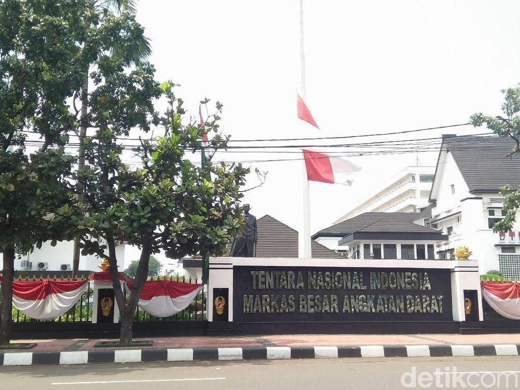 Foto: Istana sampai Mabes TNI AD Kibarkan Bendera Setengah Tiang