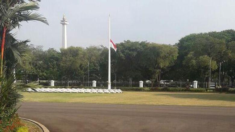 foto-istana-sampai-mabes-tni-ad-kibarkan-bendera-setengah-tiang