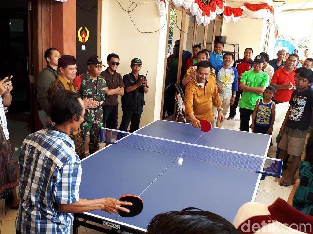 Hibur Pengungsi Gunung Agung, Menpora Ajak Warga Main Ping pong