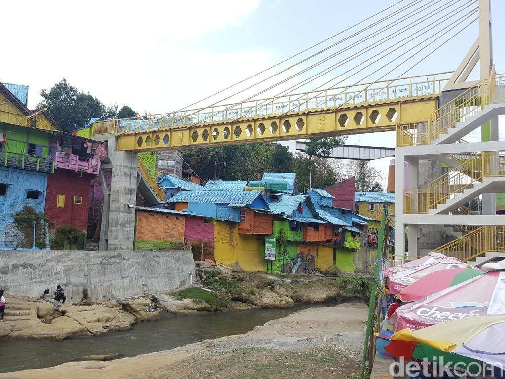 Asyik, Jembatan Kaca di Kampung Warna Warni Malang Siap Dilintasi