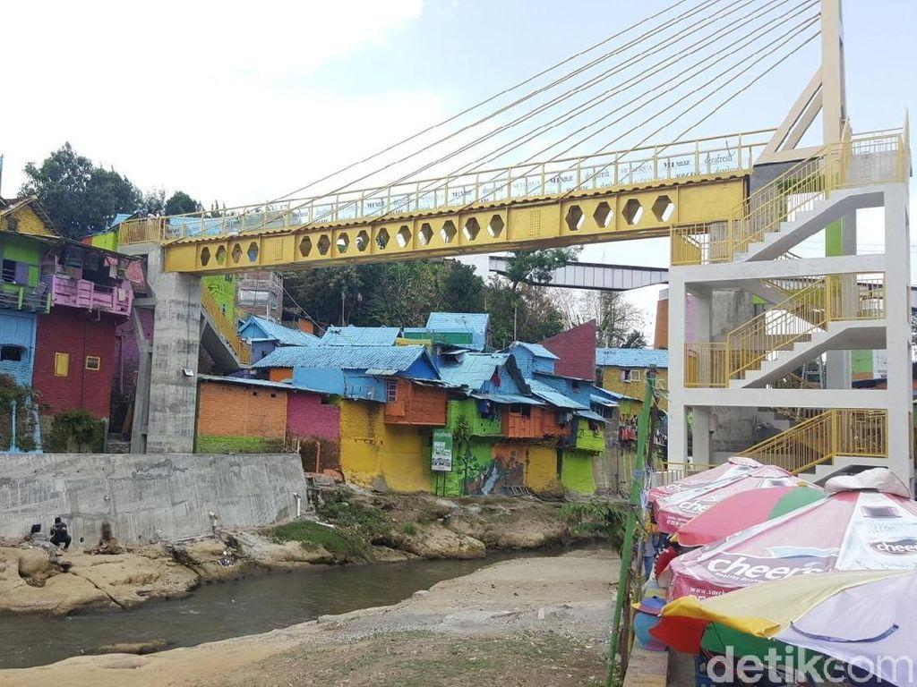 Foto: Jembatan Kaca Hiasi Kampung Warna-warni Malang
