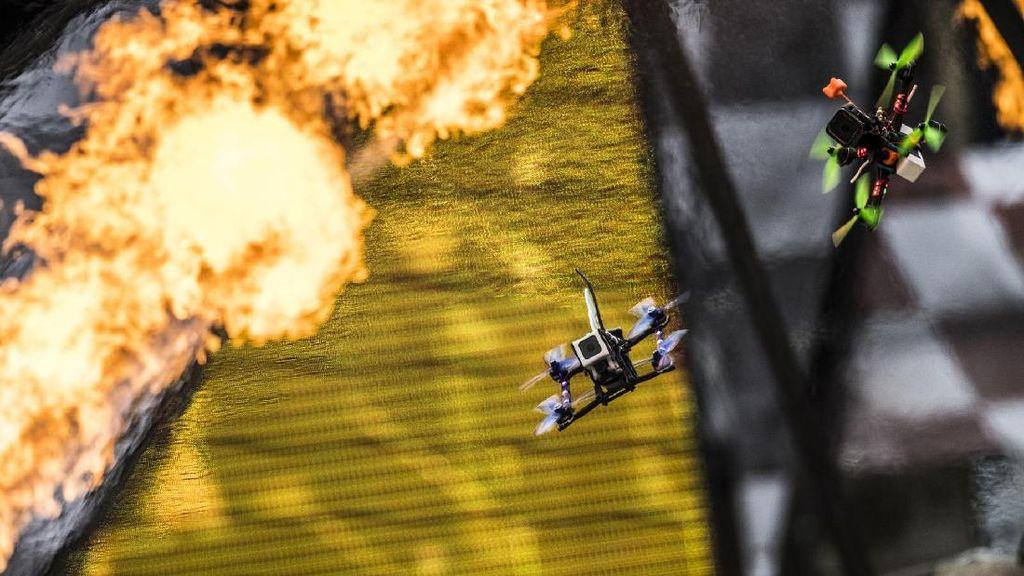 Mendebarkan ! Drone Saling Adu Cepat Lewati Rintangan Mematikan