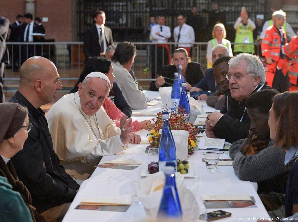 Saat Paus Makan Bersama Pengungsi dan Tahanan di Bologna