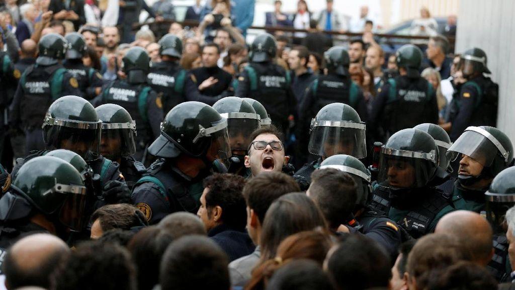 Pakai Kapak, Polisi Spanyol Rangsek Masuk ke TPS Pemimpin Catalan