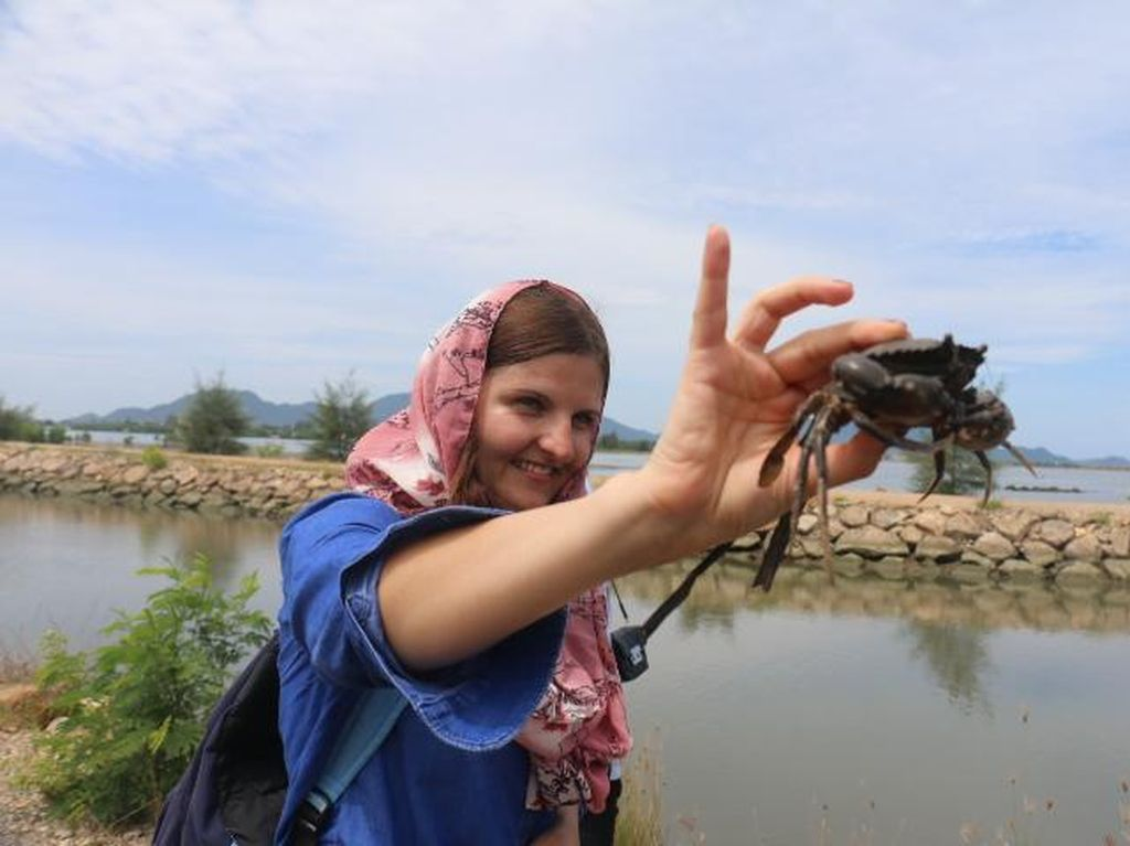 Bule-bule yang Girang Tangkap Kepiting di Aceh