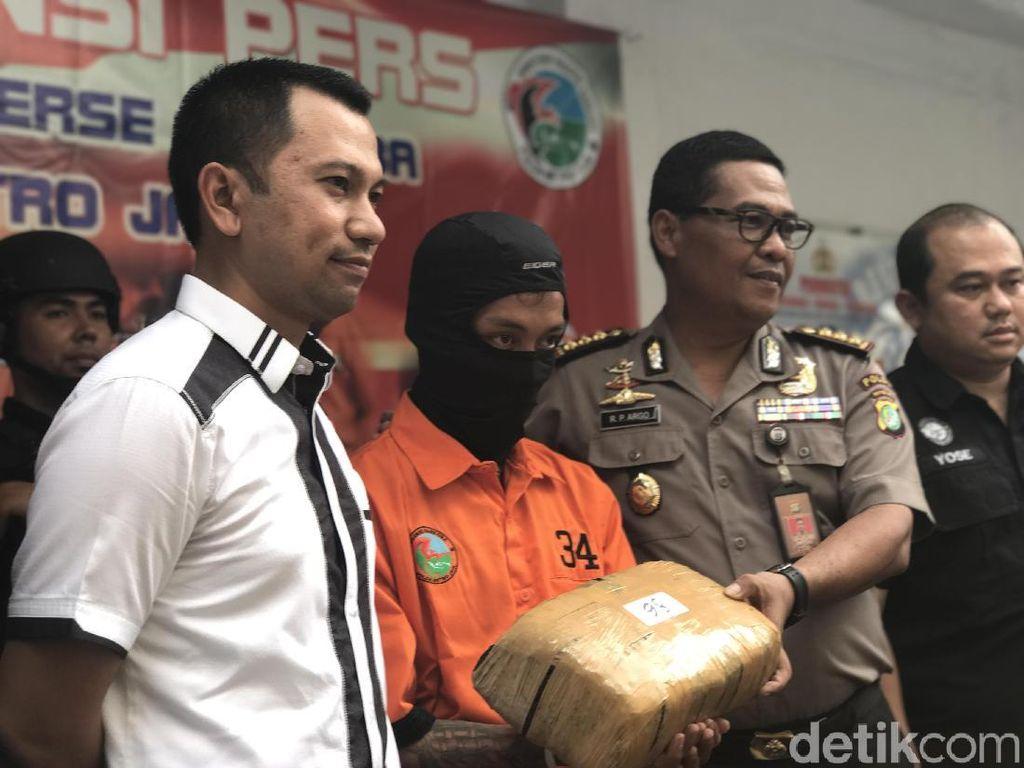 Hindari Kejaran Polisi, Kurir Ganja Jeruk Sempat Ritual di Karawang