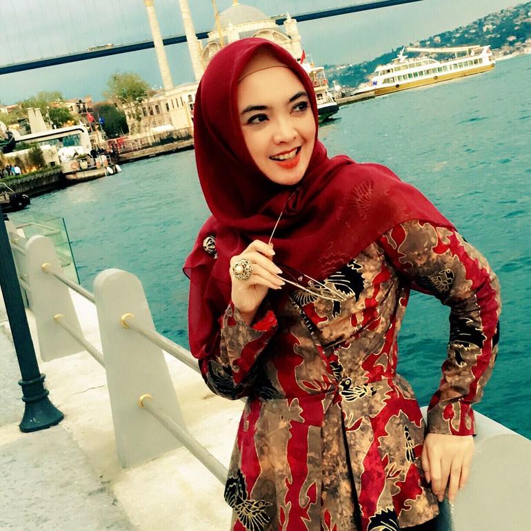 Foto Inspirasi Tampil Pakai Batik Dan Hijab Untuk Ke Kantor