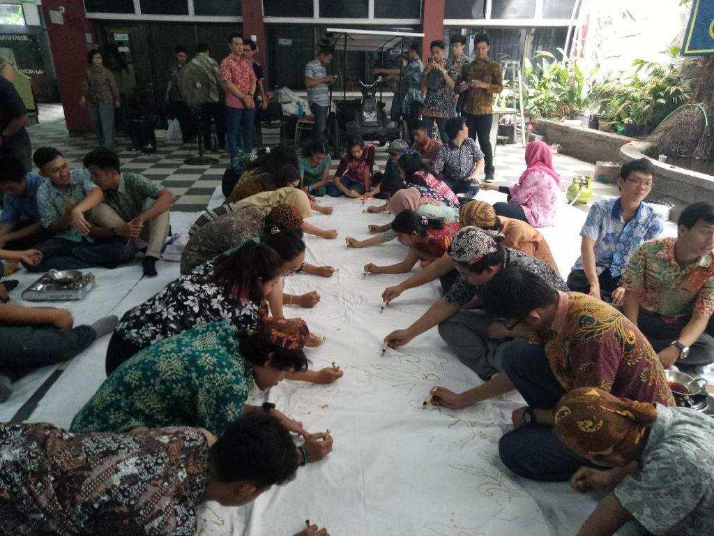 Saat Mahasiswa Sekolah Tinggi Teknik Surabaya Rayakan Hari Batik