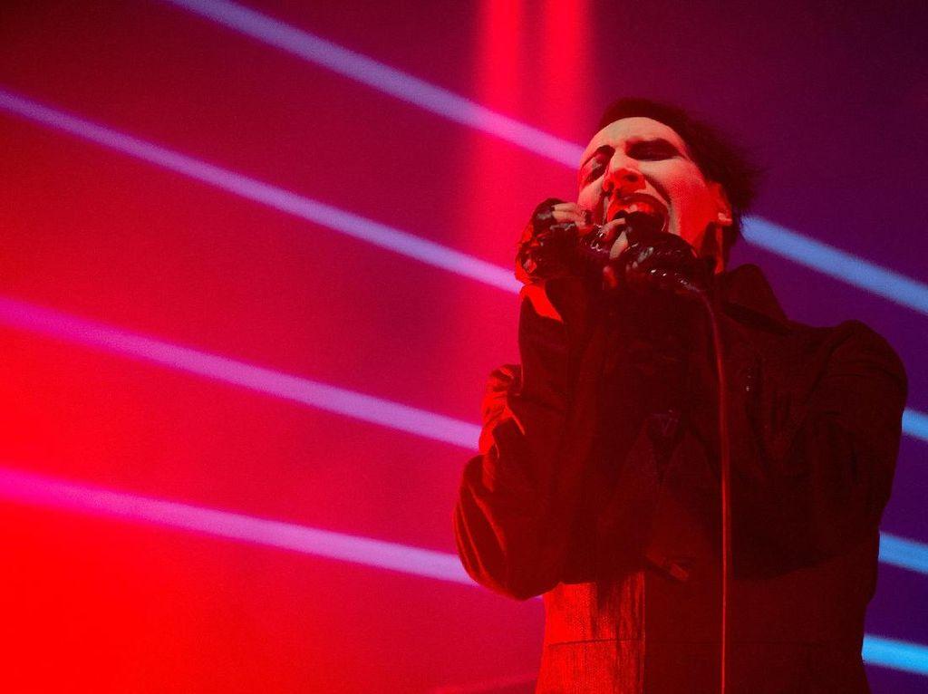 Marilyn Manson Tunda Konser Pasca Kecelakaan