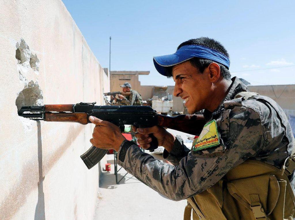 Gaya Militan Suriah Adu Tembak dari Balik Lubang Tembok