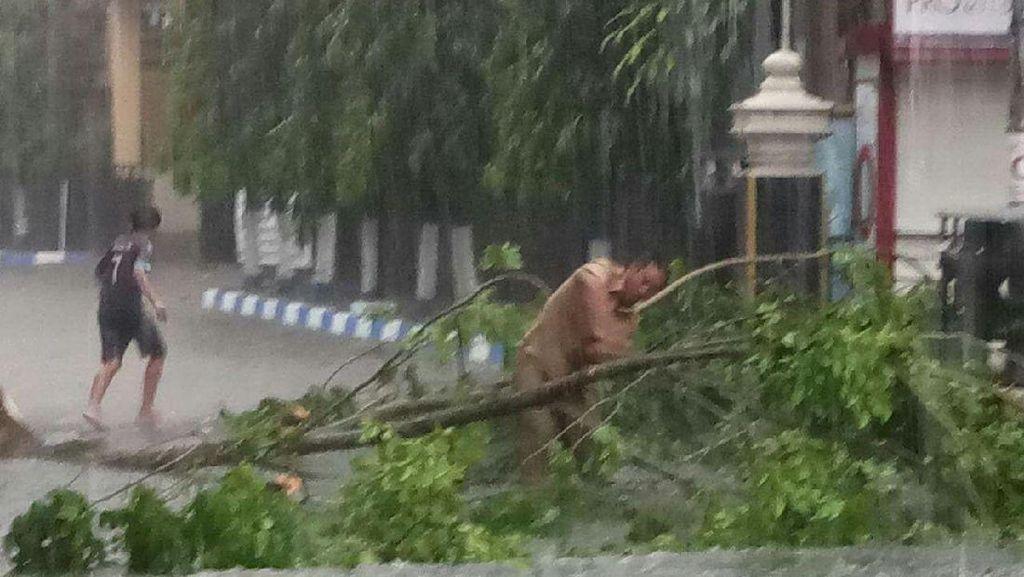 Bojonegoro Hujan Angin, Rumah Roboh Hingga Banjir
