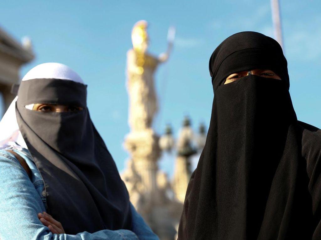 Covidiot, Wanita Amerika Ini Kenakan Burka Agar Tak Pakai Masker