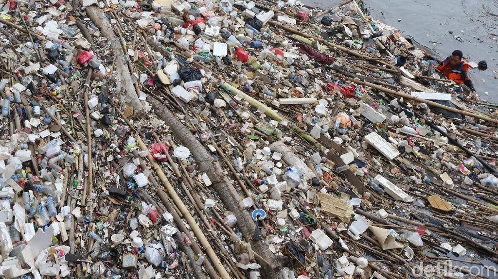 Masuki Musim Hujan, Sampah Sesaki Pintu Air Manggarai