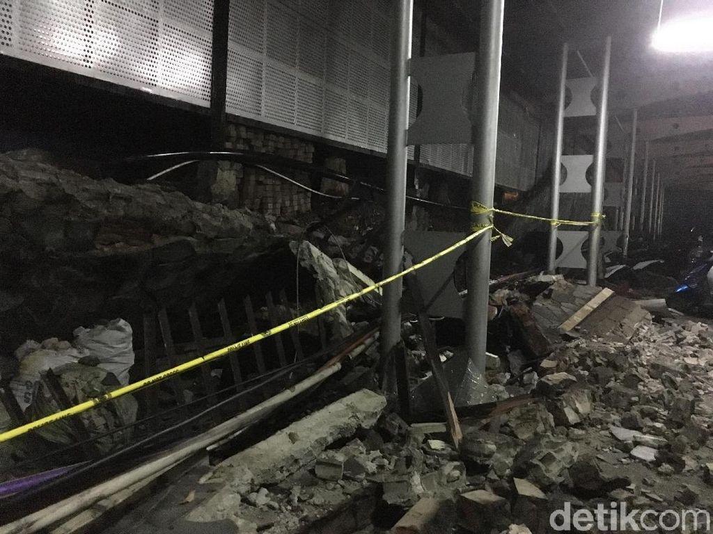 Polisi: Tembok Pembatas di Polda Metro Roboh karena Hujan Deras
