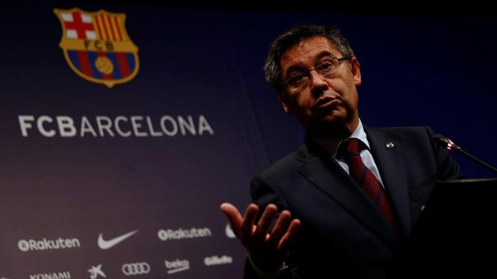 Barcelona President Josep Maria Bartomeu attends a news conference at Camp Nou stadium in Barcelona, Spain October 2, 2017. REUTERS/Juan Medina