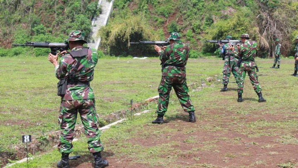 Prajurit Kostrad Latihan Menembak