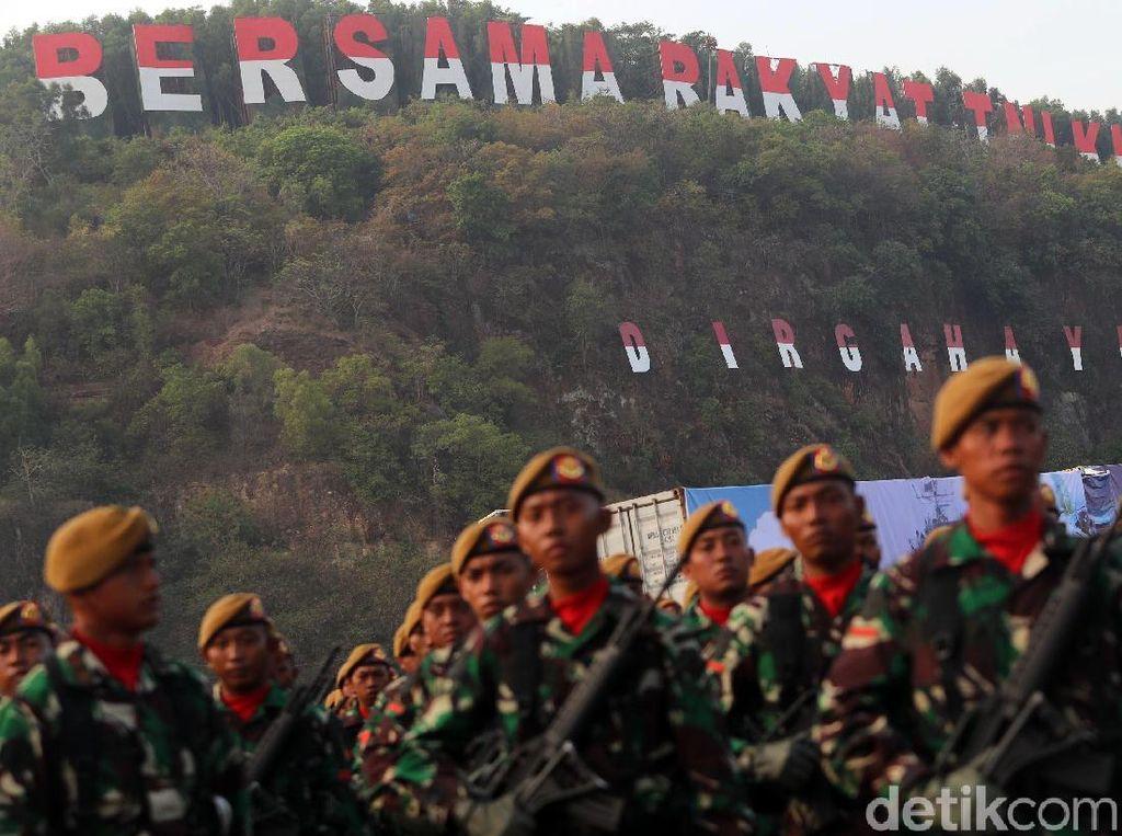 Foto Anggota TNI Pose 2 Jari Diviralkan, Begini Fakta di Baliknya
