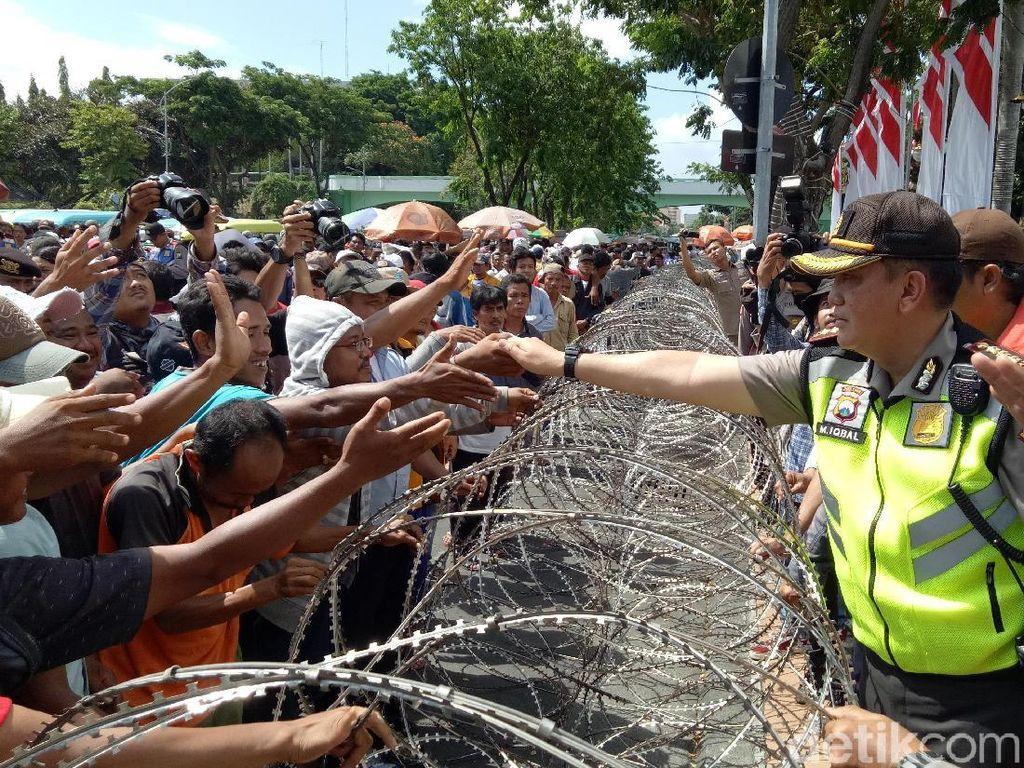 Demo Sopir Angkot di Surabaya Membubarkan Diri dengan Tertib