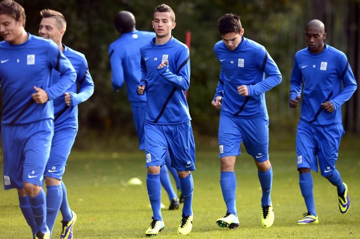 Genks footballers Jelle Vossen, Benjamin Benji De Ceulaer, Siebe Schrijvers, Sandy Walsh and Ngongca Anele run during a training session in Genk on October 2, 2013 on the eve of the UEFA Europa League group G football match between Genk and Thun. AFP PHOTO/BELGA/YORICK JANSENS == BELGIUM OUT == / AFP PHOTO / BELGA / YORICK JANSENS