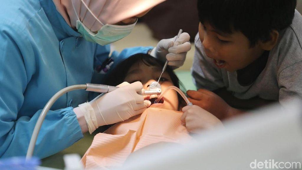 Pasien Padati Pemeriksaan Gigi Gratis di Salemba