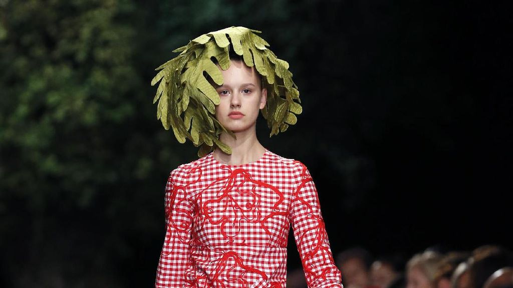 Foto: Uniknya Gaya Model dengan Rambut Daun di Paris Fashion Week