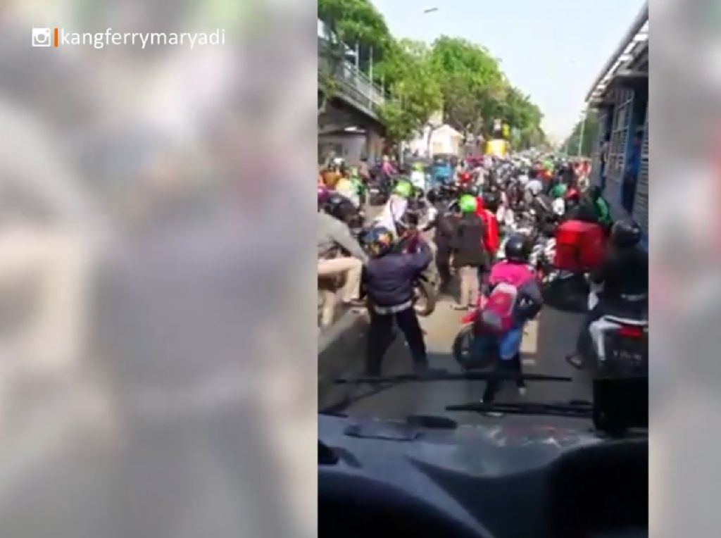 Pengendara Serobot Busway, TransJ: Mau Lancar Naik TransJakarta