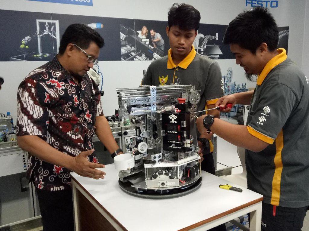 Robot Kreasi Mahasiswa PENS Surabaya Siap Berlaga di Abu Dhabi