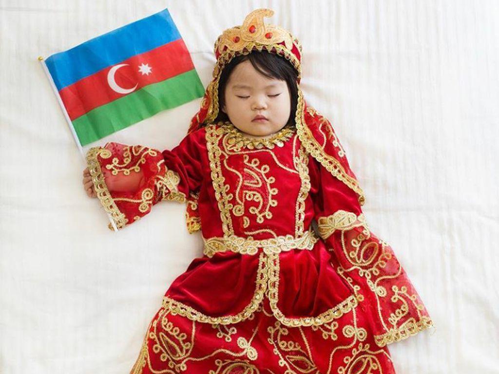 Lucu Banget! Bayi Ini Pakai Baju Kebangsaan Berbagai Negara di Dunia