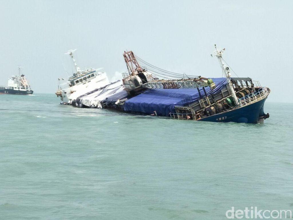 Kapal Kargo Muat Batu Kapur Kandas di Utara Karang Jamuang