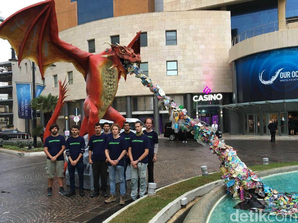 Naga Merah Penyembur Sampah di Konferensi Laut Eropa