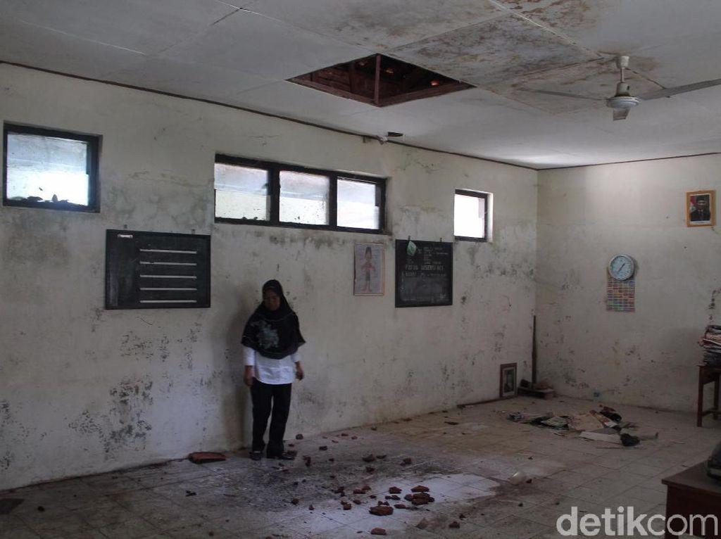 Ruang Kelas Rusak, Siswa SD di Kudus Belajar di Ruang Perpustakaan