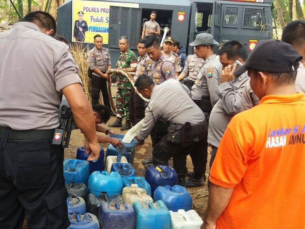 Water Canon Polisi Suplai Air ke Daerah Kekeringan di Probolinggo