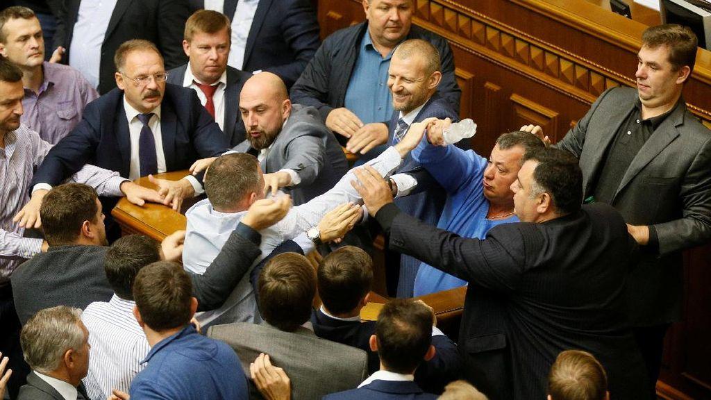 Duh! Anggota Parlemen Ukraina Berkelahi di Ruang Rapat