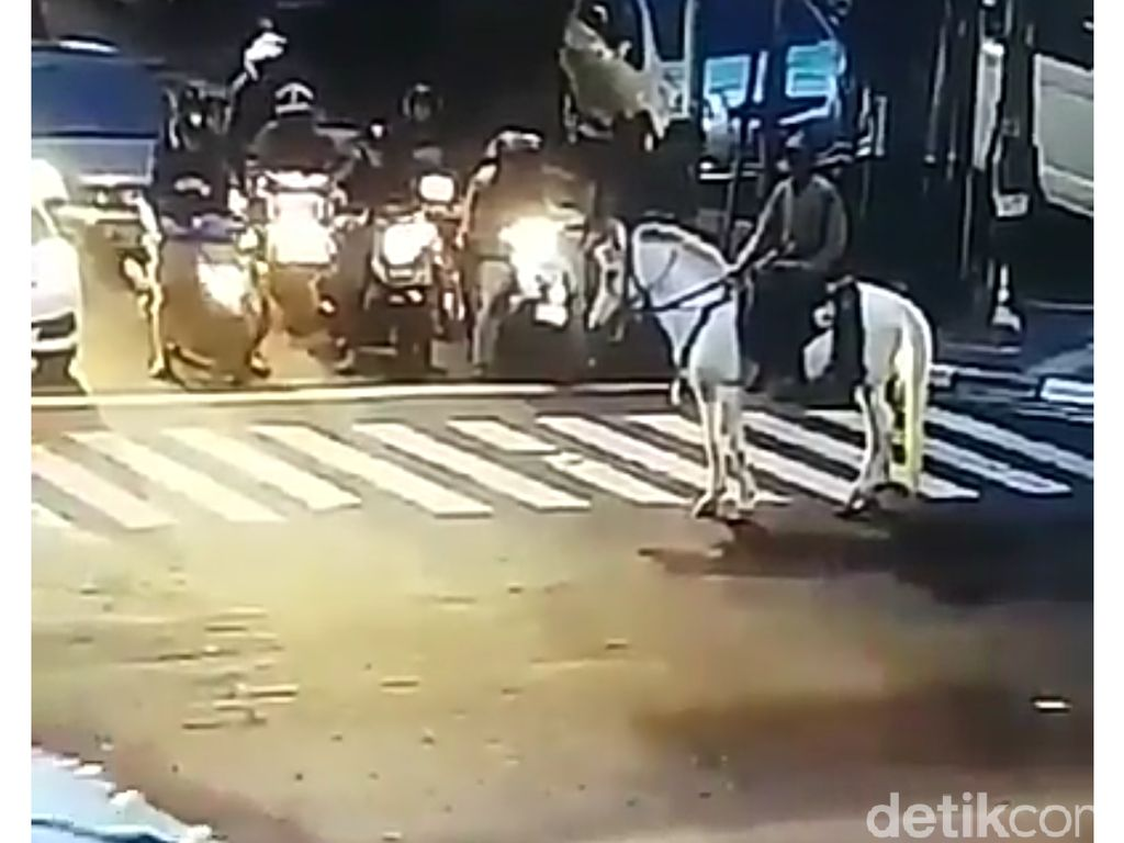 Pendekar Berkuda Ini Bingung Ditegur CCTV Bersuara di Bandung