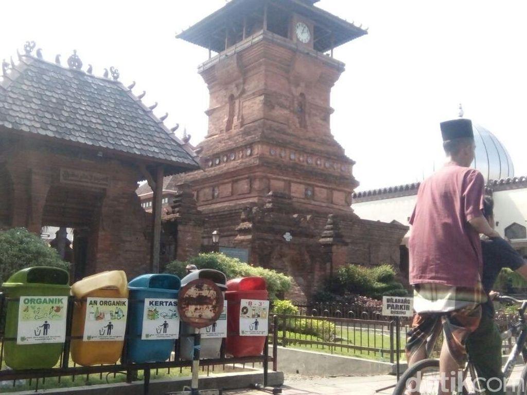 Gubernur Ganjar ke Masjid Menara Kudus, Pengurus: Lewat Pintu Lain