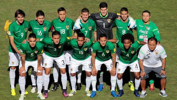 Kenapa Penyerang Bolivia Ini Ikutan Foto di Kesebelasan Tim Brasil?