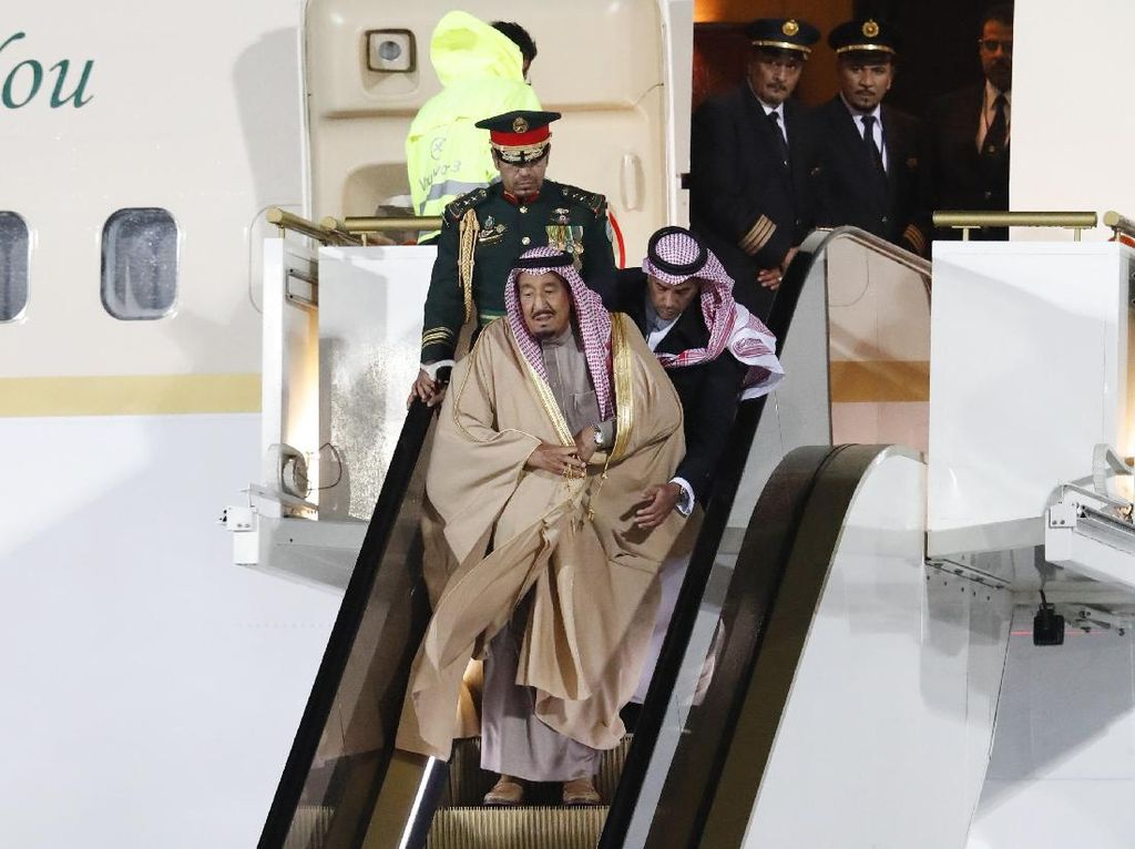Langka! Saat Raja Salman Turun Tangga Gara-gara Eskalator Macet