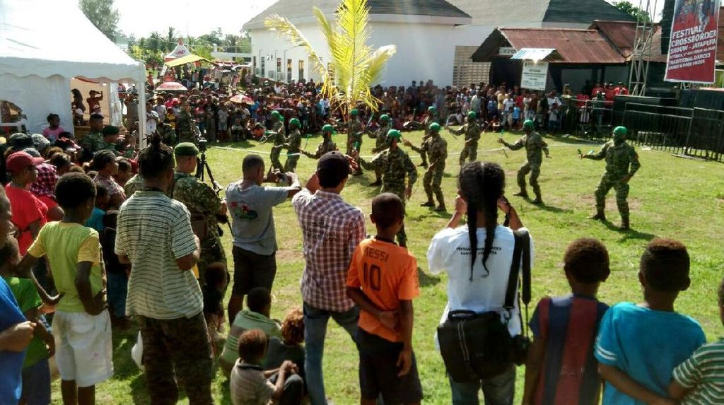 Satgas Yonif PR 432 Kostrad Ramaikan Festival Croosborder Jayapura 2017